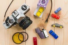 Antika kameror och fotografisk utrustning som förläggas på trä Fotografering för Bildbyråer