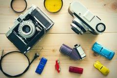 Antika kameror och fotografisk utrustning som förläggas på trä Arkivbilder