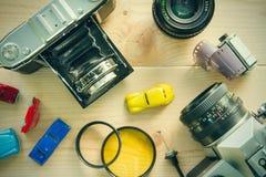 Antika kameror och fotografisk utrustning som förläggas på trä Arkivbild