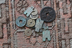 Antika kinesiska mynt på Okd matta Royaltyfri Foto