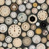 Antika klockaframsidor som upprepar bakgrund Arkivbilder