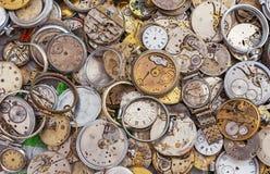 Antika klockor av olika former och format Bakgrund med tappningklockan royaltyfri bild