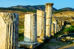 Antika kolonner i Hierapolis, Pamukkale, Turkiet Arkivbilder