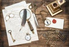 Antika kontorstillförsel och att skriva tillbehör och gamla tangenter Arkivbilder