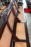 Antika kyrkliga kyrkbänkar för trä och för gnäggande Royaltyfria Foton