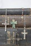 Antika läderbiblar med antika och moderna kors på vit Arkivfoton