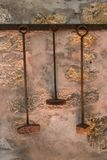 Antika lantliga Rusty Tools Hanging på en vägg Fotografering för Bildbyråer