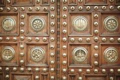 Antika massiva dörrar av snidit trä dekorerade med vapensköldar och modeller Tappningdörrar av Frankfurt, Tyskland Arkivbild
