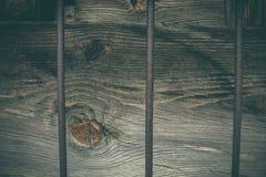 Antika och lantliga träfönster med järndetaljer Fotografering för Bildbyråer