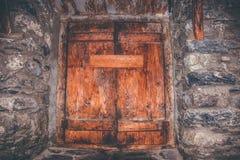 Antika och lantliga träfönster med järndetaljer Royaltyfria Bilder