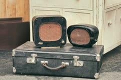 Antika radiomottagare för gamla retro objekt på en valiseresväska arkivbilder