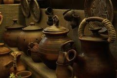 Antika redskap, krukor och koppar, köktillbehör Royaltyfri Bild