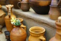 Antika redskap, krukor och koppar, köktillbehör Arkivfoton