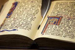 Antika sidor för pappers- bok med den forntida text- och färgpulverfjäderpennan Royaltyfri Foto