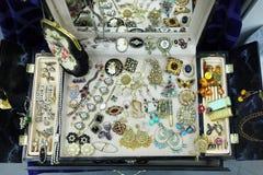 Antika smycken på utställning royaltyfri foto