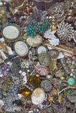 Antika smycken som är till salu på antikviteten/loppmarknaden, Paris, Frankrike fotografering för bildbyråer