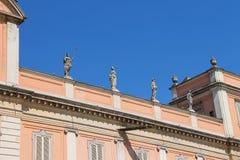 Antika statyer på fasad av regulatorn Palace i Piacenza arkivfoto