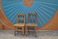 Antika trägrundläggande stolar och blå kinesisk fanväggbakgrund Royaltyfria Foton