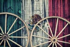 Antika vagnhjul med den Mexico flaggan Royaltyfri Bild