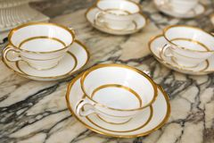 Antika vita porslinkoppar med plattor. Royaltyfria Foton