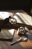 Antike alte Bücher mit Gläsern Stockbild