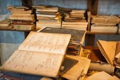 Antike alte gealterte Bücher gestapelt Lizenzfreie Stockfotos