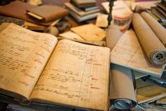 Antike alte gealterte Bücher gestapelt Stockbild
