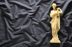 Antike Andenkenstatue der griechischen Göttin auf einem grauen Hintergrund Kopieren Sie Platz Stockfotografie