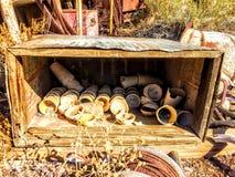 Antike angerichtet, Schalen, Schüsseln in einem Kasten, künstlerisch, rustikal Lizenzfreie Stockfotos