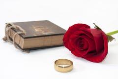 Antike Anmerkungen und Rotrose mit einem goldenen Ring Lizenzfreie Stockfotografie