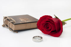 Antike Anmerkungen und Rotrose mit einem goldenen Ring Lizenzfreies Stockbild