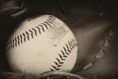 Antike Artfotographie des Baseballs und des Handschuhs Lizenzfreie Stockfotografie