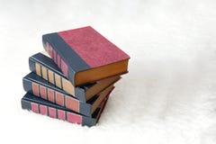 Antike Bücher auf einem weißen Hintergrund Stockbilder