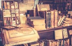 Antike Bücher im Antiquariat Stockfoto