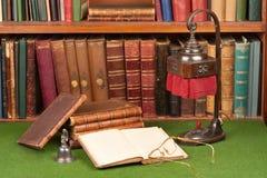 Antike-Bücher, Lampe und Gläser Lizenzfreies Stockbild