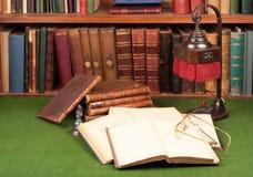 Antike Bücher, Lampe und Gläser Lizenzfreie Stockbilder