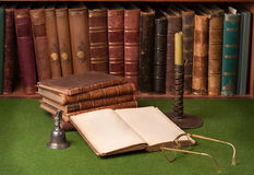 Antike Bücher und Kerzenhalter stockbilder