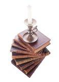 Antike Bücher und Kerzenhalter des Stapels Stockbild