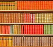 Antike Bücher vereinbarten bij Farbe Lizenzfreie Stockbilder