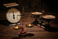 Antike Balancen-Skalen auf alter Shop-Holz-Tabelle Stockbild