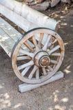 Antike Bank gemacht vom Wagenrad stockfotos