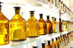 Antike bernsteinfarbige Medizinflaschen Stockbilder
