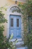 Antike blaue Tür in Simi Stockfotografie