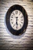 Antike Borduhr auf einem Gebäude Stockbilder
