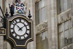 Antike Borduhr und alte Architektur, London lizenzfreies stockbild