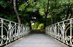 Antike Brücke im Park Stockbilder