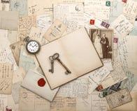Antike Buchstaben und Postkarten, altes weding Foto lizenzfreie stockfotografie