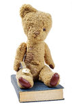 Antike Buchuhr und -Teddybär Stockfotografie