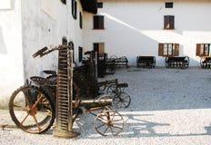 Antike Erntemaschinen und bespannter Hay Rakes Lizenzfreie Stockfotos