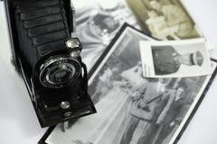 Antike Fotokamera und alte Fotos Lizenzfreie Stockfotos